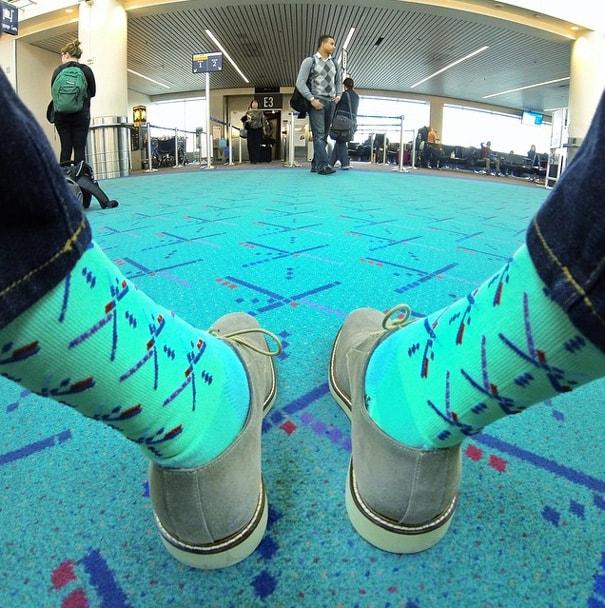 Seria possível combinar com o tapete do aeroporto?