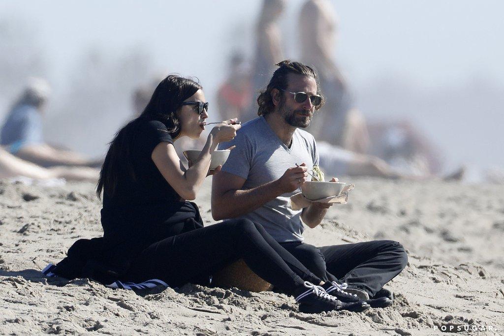Irina e Bradley Cooper em picnic na praia
