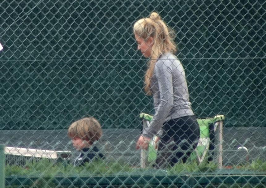 Shakira no parque com seus filhos