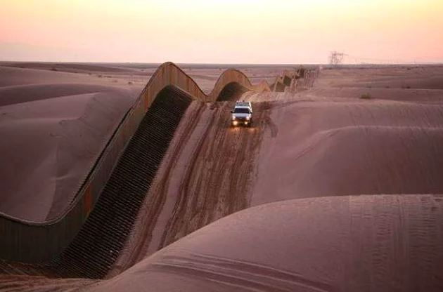 Este muro que foi criado de acordo com as dunas do deserto
