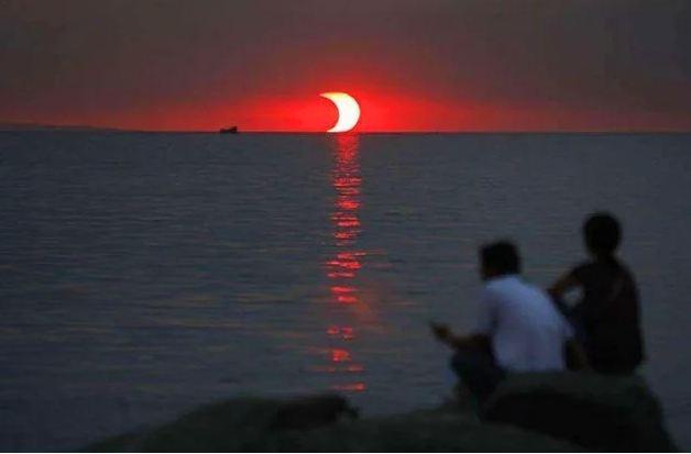 Um eclipse lunar e pôr-do-sol ao mesmo tempo