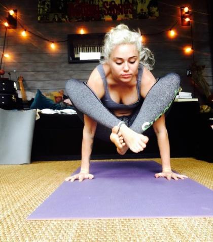 Miley Cyrus fazendo Yoga