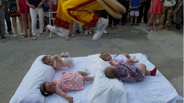 Índia: os bebês são jogados a uma altura de 15 metros para dar-lhes prosperidade