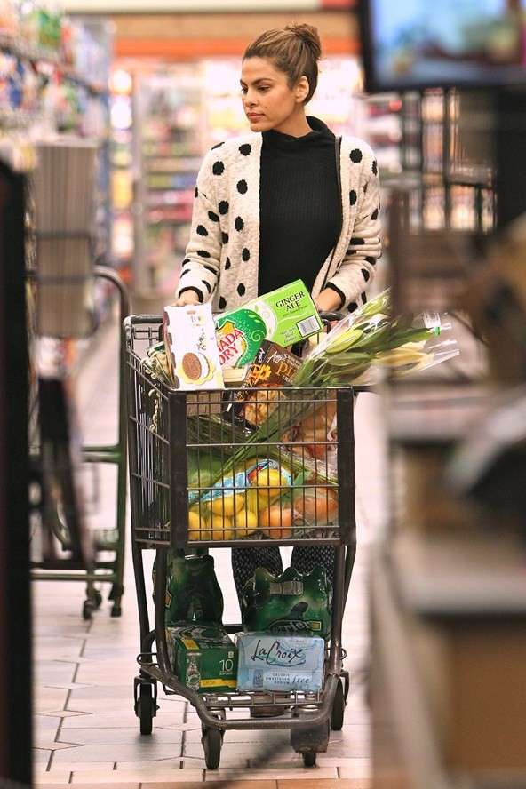 Eva Mendes faz suas compras de supermercado