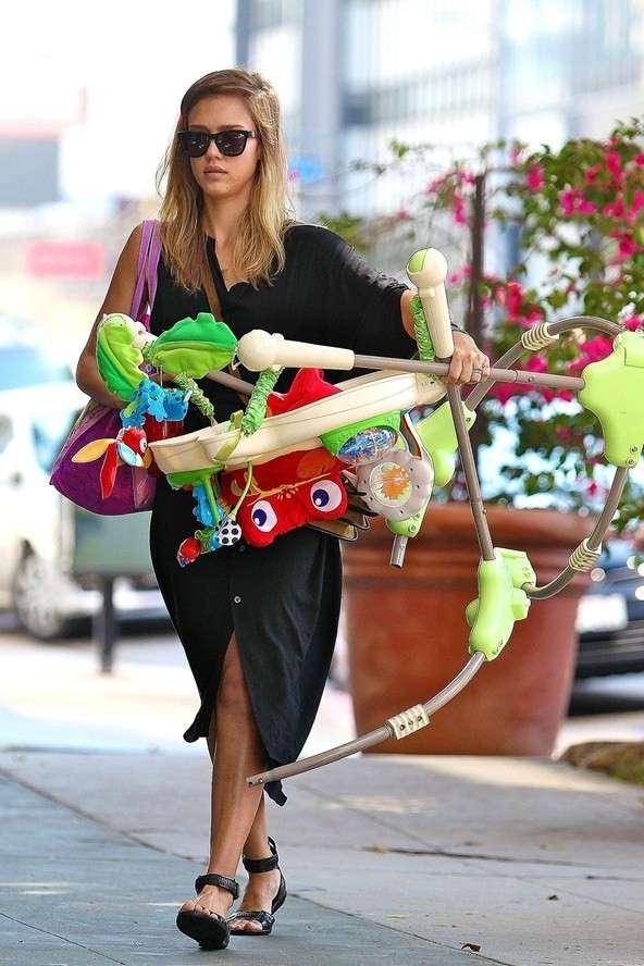 Jessica Alba sendo mãe