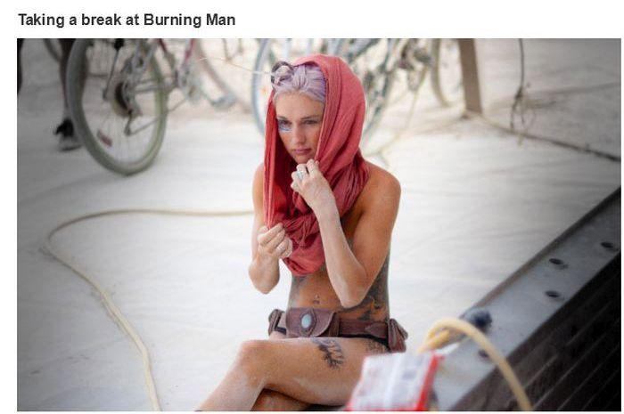 Uma menina descansando no Burning Man Festival