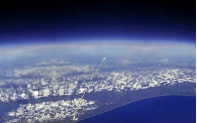 O Ônibus Espacial Atlantis decolando