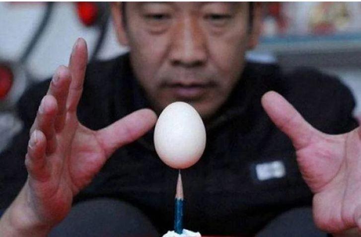 Um ovo em um lápis?