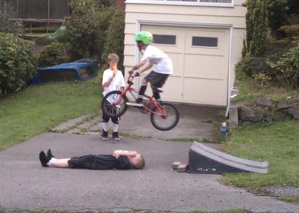 Desde crianças, os homens desafiam o perigo