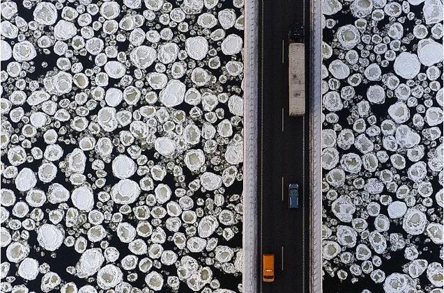 Uma ponte sobre o lago congelado