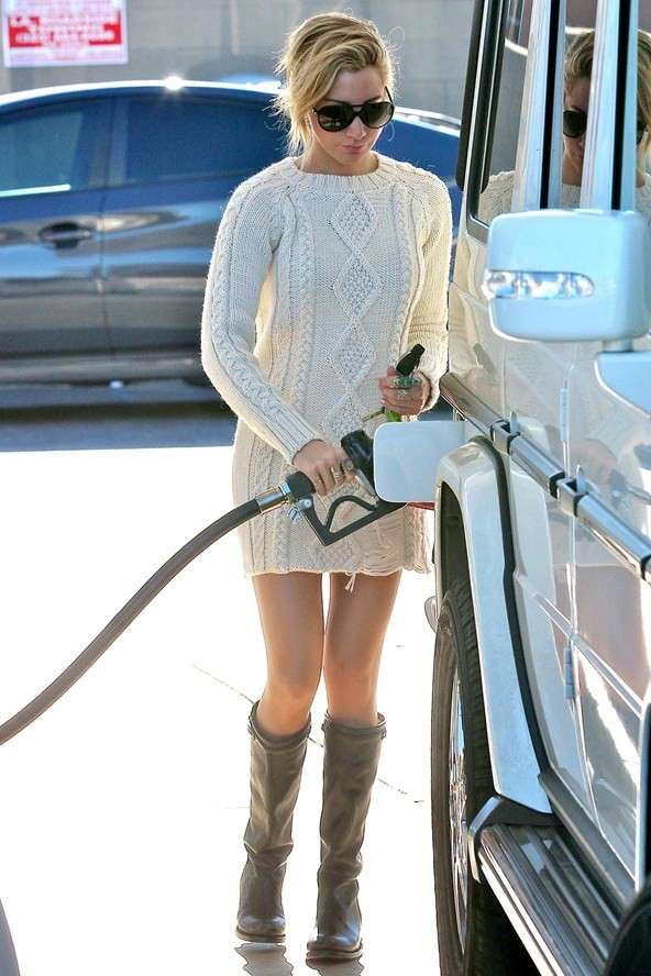 Ashley Tisdale abastecendo seu carro com gasolina