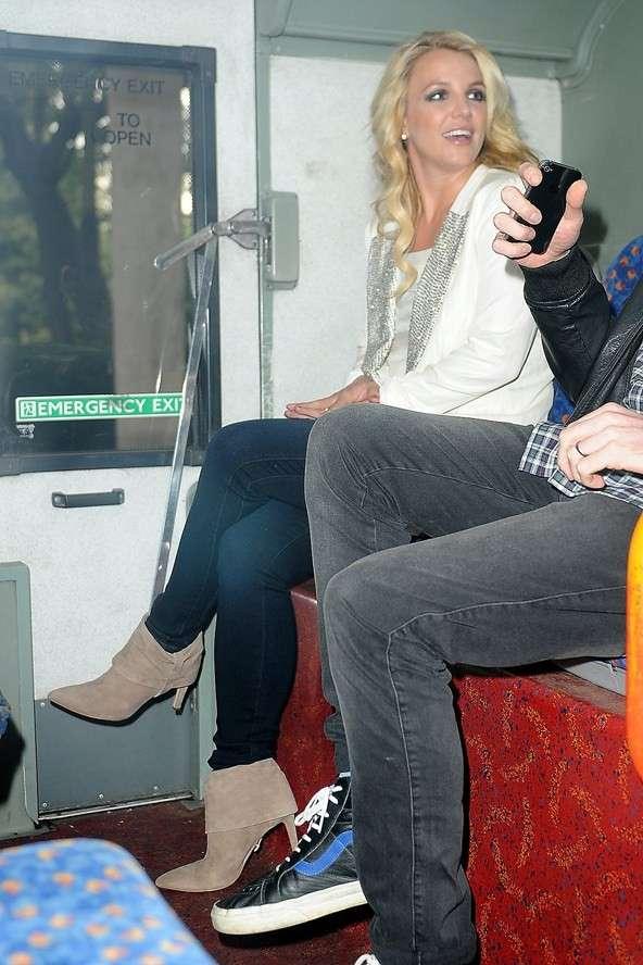 Britney Spears viajando de metrô