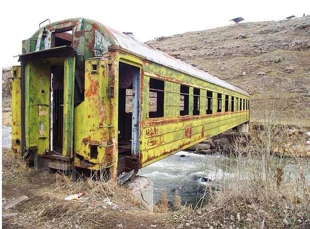 Uma ponte criada com um vagão abandonado
