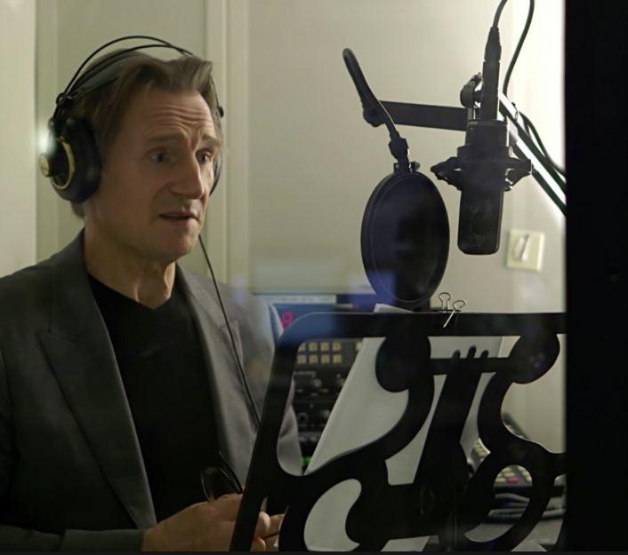 Liam Neeson fez vozes para a série.