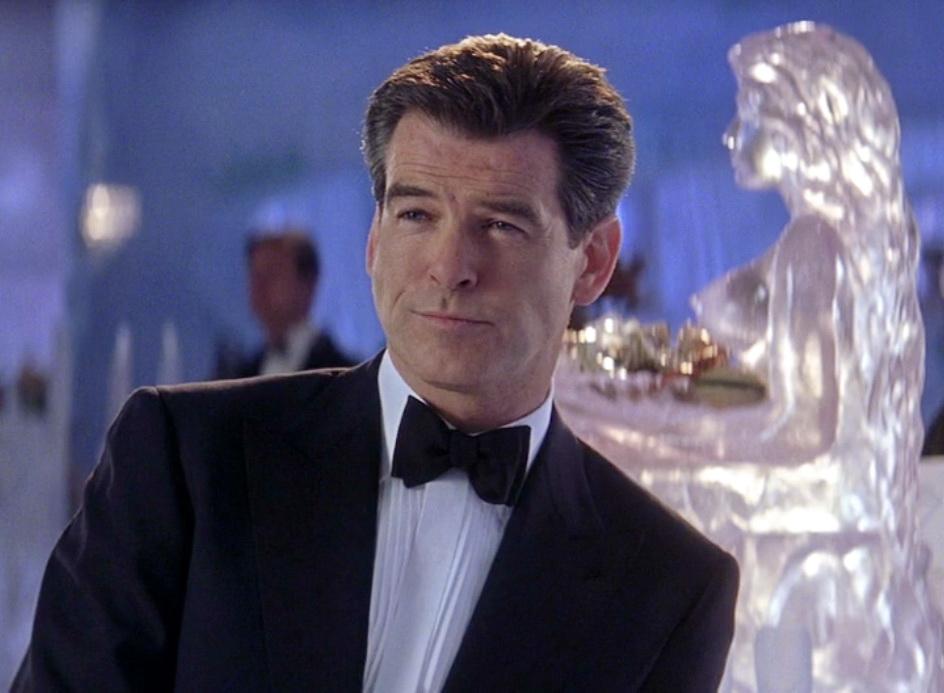 Pierce Brosnan não pode usar um smoking em nenhum outro filme além de James Bond