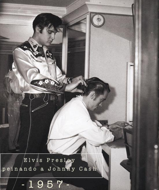 Elvis Presley cortando o cabelo de Johnny Cash