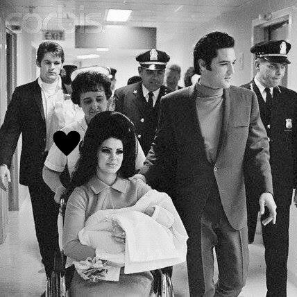 Priscila sai do hospital com Lisa Marie