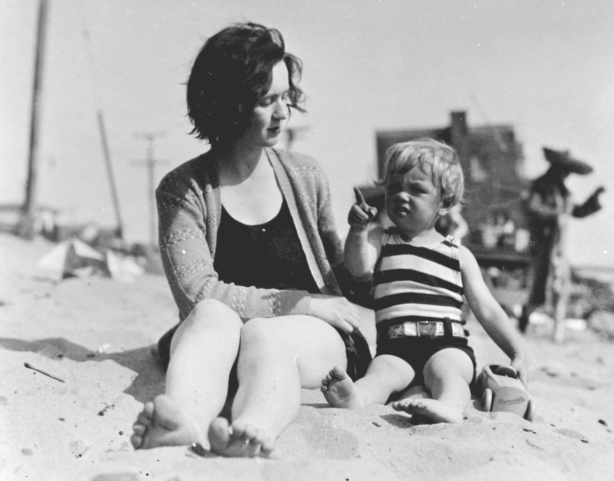 A pequena Marilyn Monroe com sua mãe real