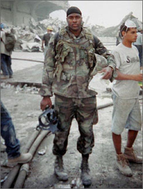 3. Dois ex-fuzileiros dos EUA colocaram seus uniformes de volta e procuraram pelos escombros que poderiam ter entrado em colapso a qualquer momento.