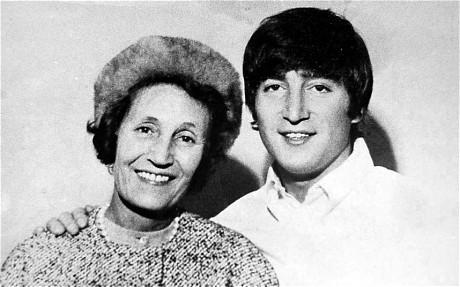 John Lennon e sua mãe adotiva