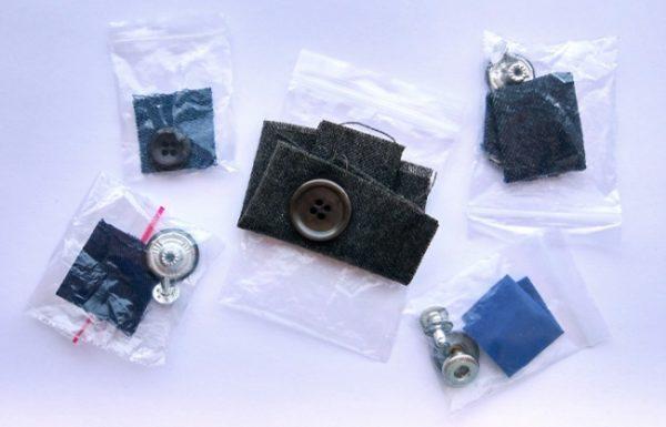 Os pedaços de tecido na roupa são usados para fazer testes de lavagem