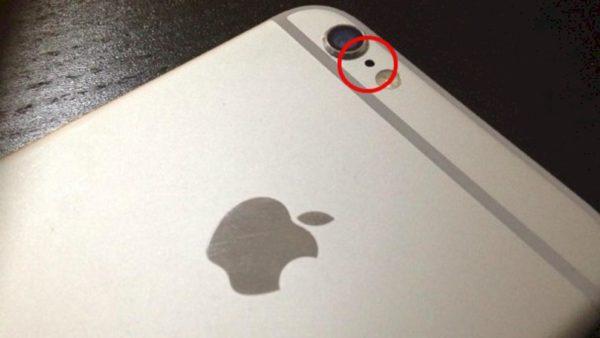 O buraquinho no iPhone é um microfone extra