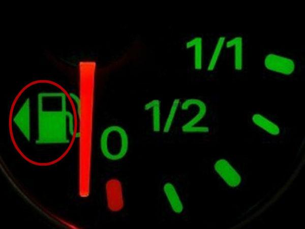 Você viu a seta ao lado do ícone de gasolina no seu carro?