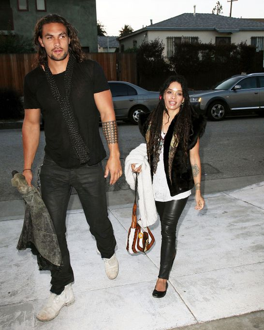 Na vida real, Jason Momoa está casado com Lisa Bonet, ex de Lenny Kravitz