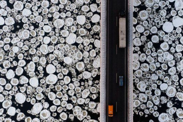 Ponte sobre um rio congelado