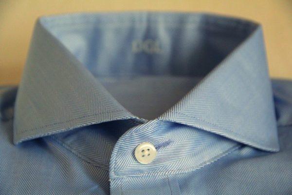O buraco horizontal da camisa tem um significado