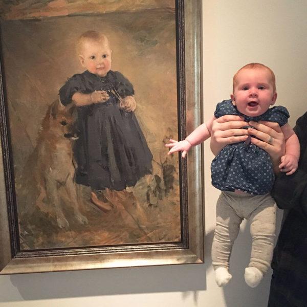 A bebê estava vestida de forma idêntica à menina na pintura