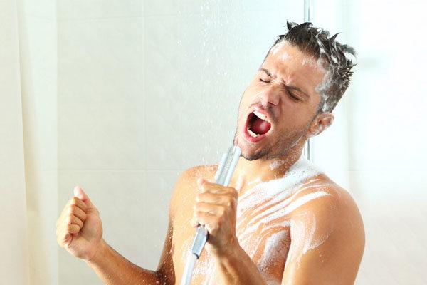 Cantar e dançar enquanto toma banho