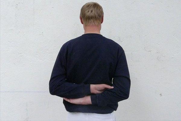 Mãos atrás das costas