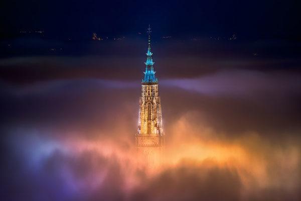 Noite de nevoeiro da cidade de Toledo