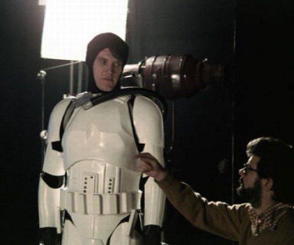 Lucas dirigindo um Stormtrooper