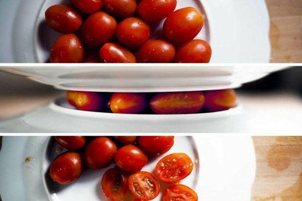 Cortar os tomates cereja entre duas tampas/pratos