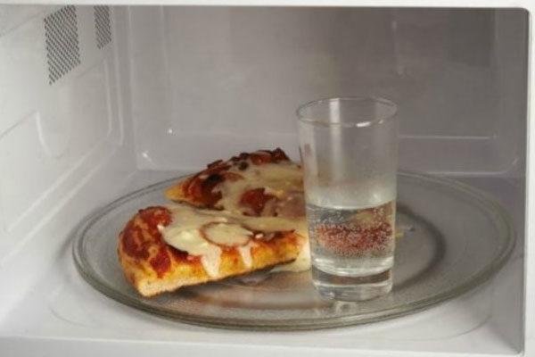 Esquentar pizza com um copo de água