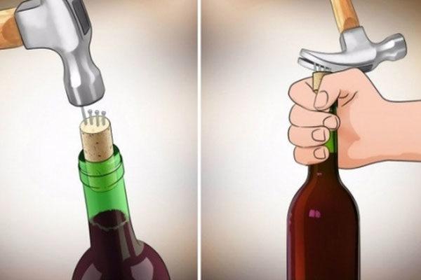Destapar uma garrafa de vinho com pregos e um martelo