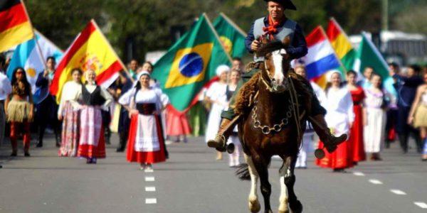 Chimarrão, shows e desfiles